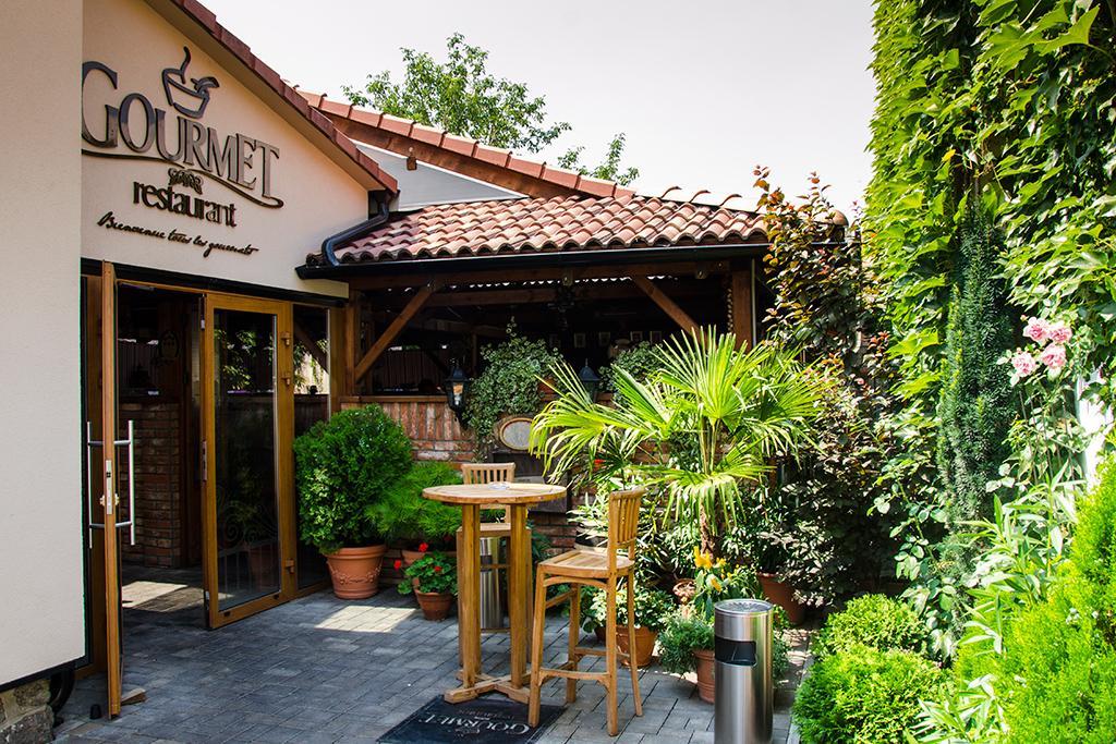 Gourmet Restaurant, 1
